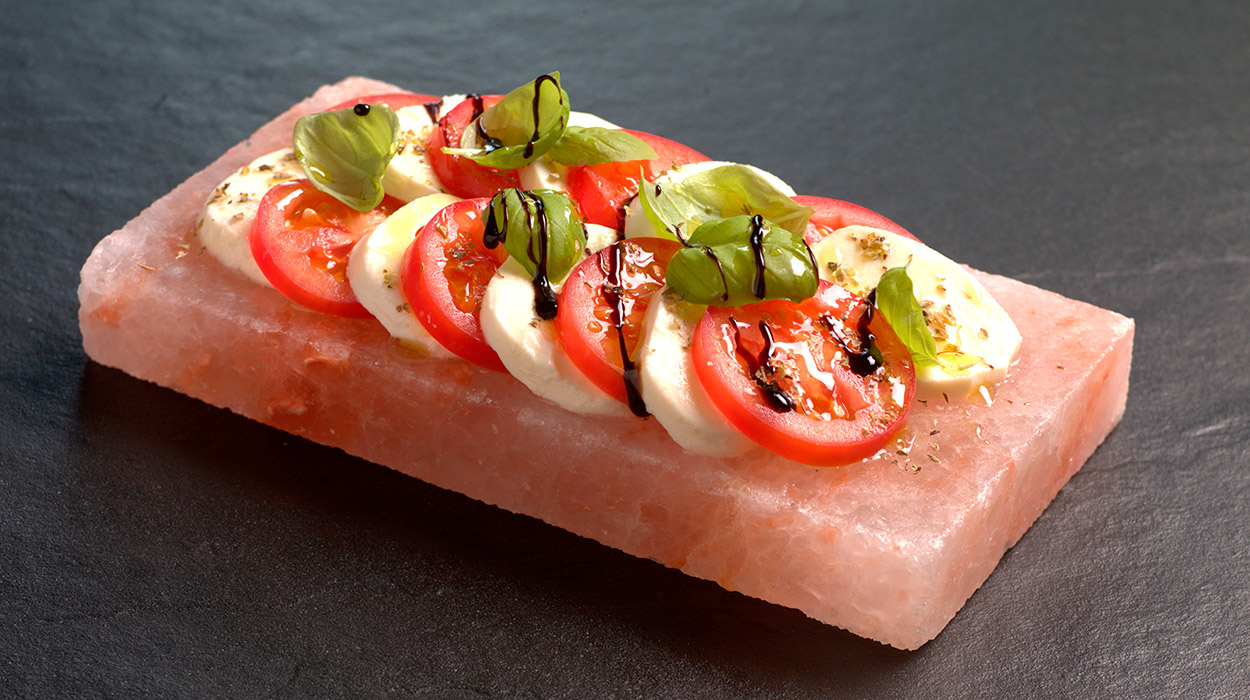 Bloque de Sal de Persia. Ensalada de tomate y mozzarella